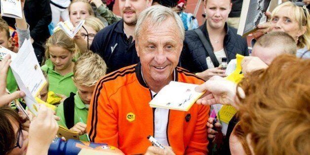 La légende Johan Cruyff signe des autographes, lors de la Journée dédiée à sa