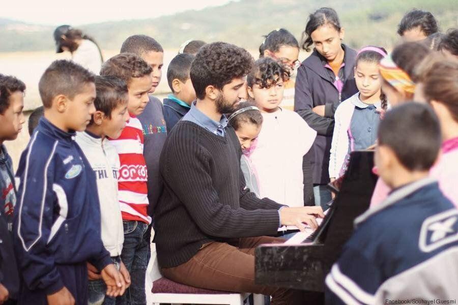 Tunisie: Avec son piano, Souhayel Guesmi, jeune compositeur de musique, est allé à la rencontre des enfants...