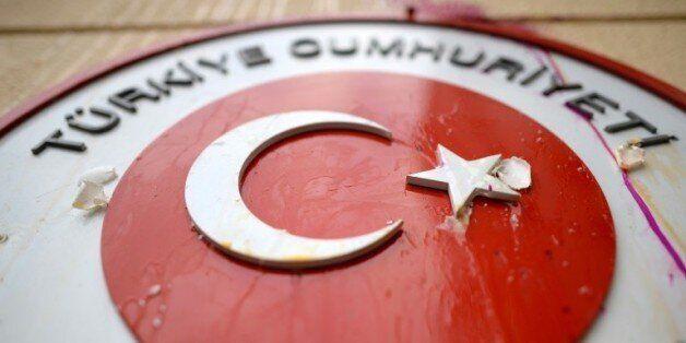 Des oeufs envoyés sur les symboles de la Turquie, à l'ambassade turque à Moscou, le 25 novembre 2015,...