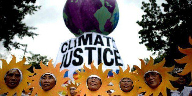 Des militants écologistes participent à une marche pour le climat à Manille, le 28 novembre