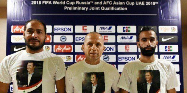 Fajr Ibrahim (c), le sélectionneur de l'équipe de foot de Syrie, et le joueur Osama Omari (d) posent...