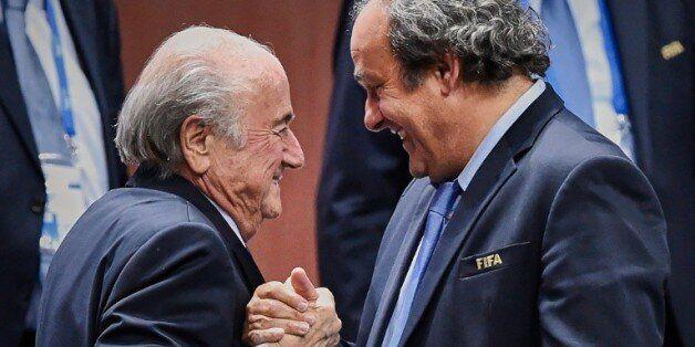 Poignée de mains entre Sepp Blatter et Michel Platini, le 2 juin 2015 à