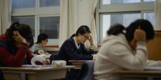 Des lycéennes sud-coréennes passent les examens annuels d'entrée dans les universités, le 12 novembre...