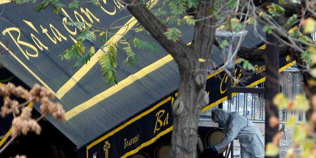 Un enquêteur travaille à l'extérieur du Bataclan, le samedi 14 novembre à