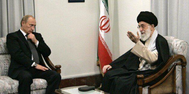 Le président russe Vladimir Poutine (g) et le guide suprême Ali Khamenei, la plus haute autorité politique...