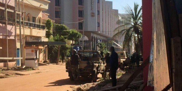 Des soldats maliens en position devant l'hôtel Radisson Blu où 170 personnes sont prises en otages par...