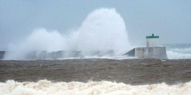 Skikda: la force des vagues déloge des dizaines de brise-lames en bord de