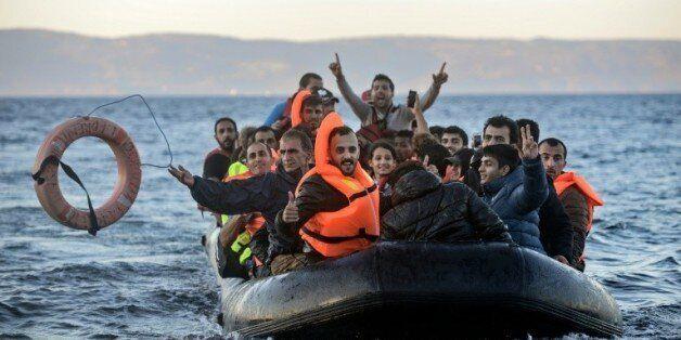 Des migrants arrivent sur l'île grecque de Lesbos en provenance de Turquie le 12 novembre