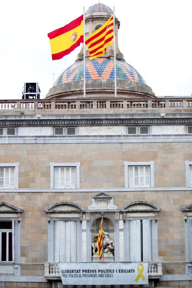 Cartel en la fachada del Palau de la