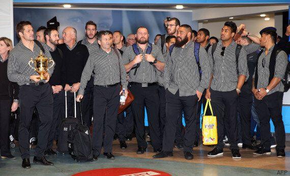 Le haka du personnel de l'aéroport d'Auckland pour le retour des All Blacks en Nouvelle-Zélande