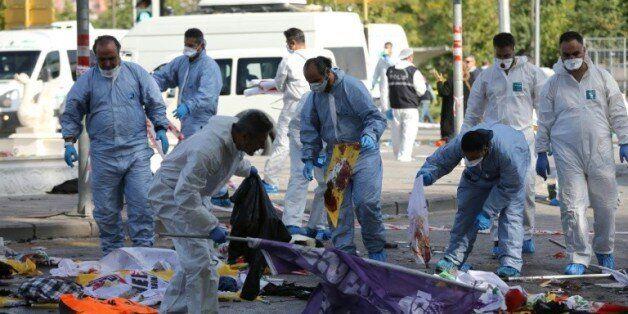 Des membres de la police scientifique recueillent des indices après un attentat suicide devant la gare...