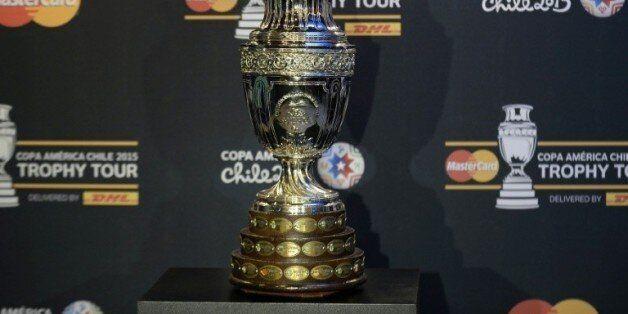 Le trophée de la Copa America exposé au musée El Papalote à Mexico, le 21 mai