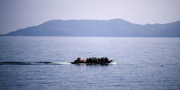 Des migrants sur un bateau près de l'île grecque de Lesbos le 19 octobre