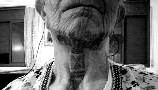 Reportage: Rencontre avec Aïcha, 90 ans, tatouée de la tête aux