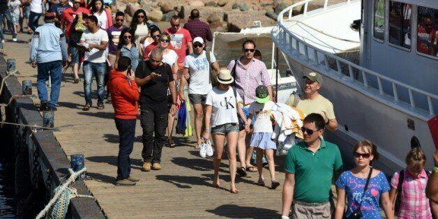 Des touristes se préparent à embarquer sur un bateau à Charm el-Cheikh le 7 novembre