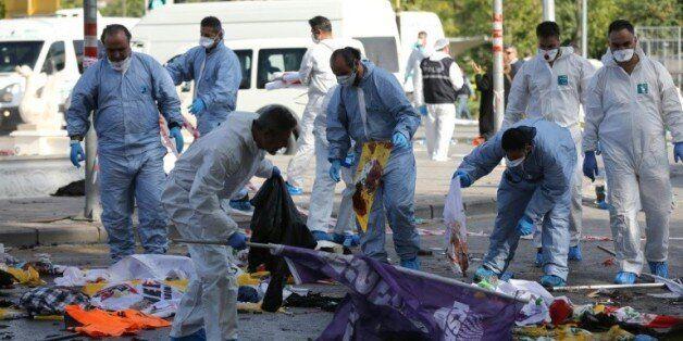 Les enquêteurs sur les lieux du double attentat à Ankara, le 10 octobre