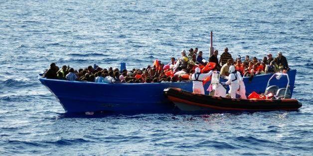 Des migrants sur une embarcation de