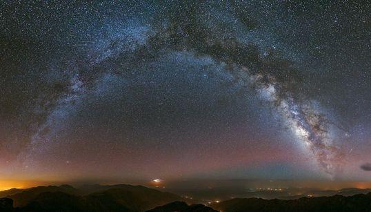 Un panorama splendide de la voie lactée pris depuis le mont