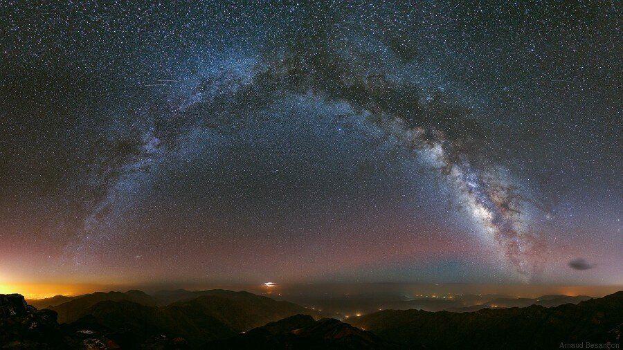 Une photo de la voie lactée faite depuis le mont