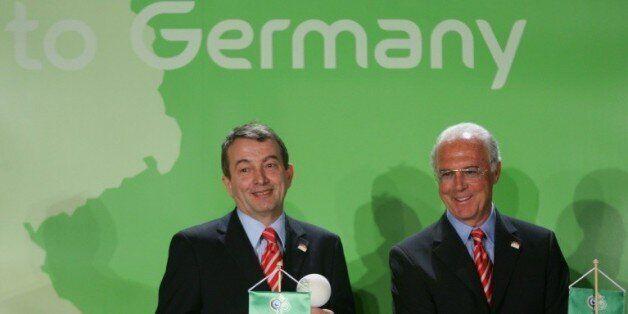 Franz Beckenbauer et Wolfgang Niersbach, alors responsables du Comité d'organisation du Mondial allemand,...