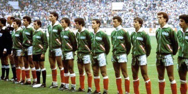 Equipe nationale 1982: Mustapha Dahleb entre Lakhdar Belloumi et Faouzi