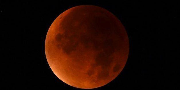 La lune rouge photographiée depuis Essen, dans l'ouest de l'Allemagne, le 28 septembre