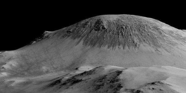 Image fournie par la NASA le 27 septembre 2015, montrant des trainées pouvant avoir été formées par de...