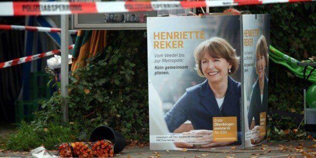 Des fleurs déposées près du lieu où la candidate à la mairie Henriette Reker a été grièvement blessée,...