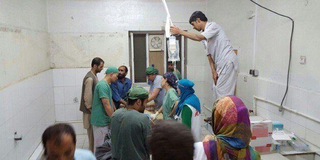 Des chirurgiens afghans de MSF travaillent dans une partie de l'hôpital de l'ONG non touché par les bombardements,...