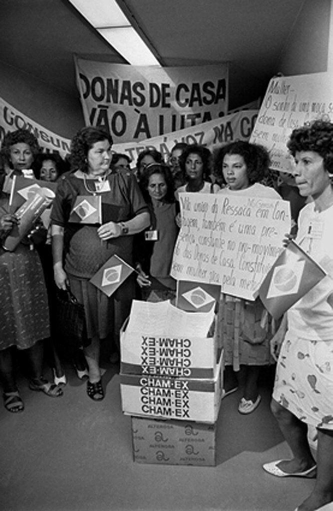 Movimentos feministas destacam como conquistas da Constituição de 1988 o direito à...