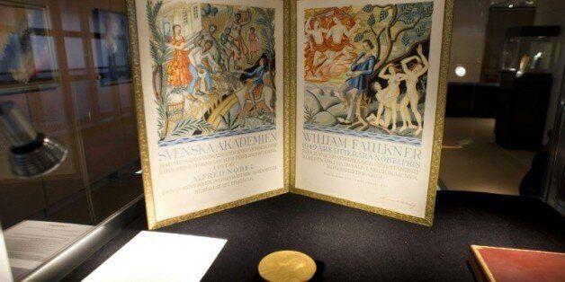 La médaille d'or du prix Nobel de Littérature reçu par l'écrivain William Faulkner en 1949 exposée chez...