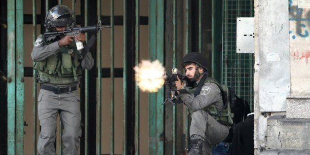 Des forces de l'ordre israéliennes tirent sur des palestiniens avec des balles en caoutchouc près d'un...