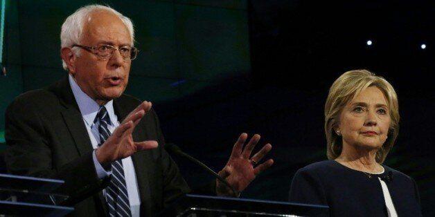 Hillary Clinton et Bernie Sanders, tous deux candidats à l'investiture démocrate s'expriment lors d'un...