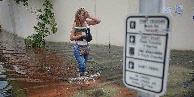 Une rue inondée à Miami Beach, en Floride, en raison d'une marée haute générée par le cycle lunaire,...