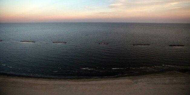 Vue d'une plage de Louisiane souillée en 2010 par une marée noire, imputée à BP, dans le Golfe du Mexique,...