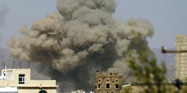 De la fumée au-dessus de la ville de Sanaa après une frappe aérienne de la coalition arabe, le 29 septembre...