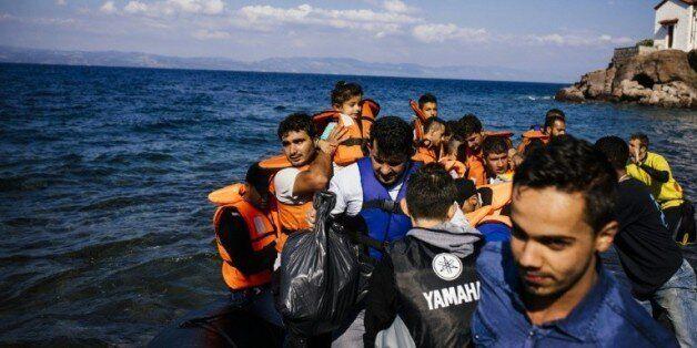 Des migrants et des réfugiés venant de Turquie arrivent sur l'île grecque de Lesbos, le 9 octobre