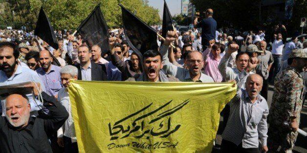 Des hommes manifestent à Téhéran contre l'Arabie Saoudite après la mort de 150 iranien à la Mecque, le...