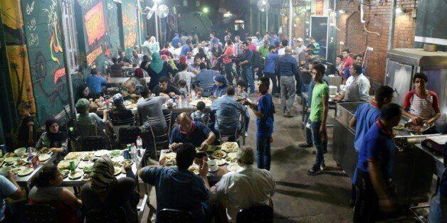 Des Egyptiens dînent dans un restaurant de la banlieue nord du Caire le 1er septembre 2015 © AFP MOHAMED