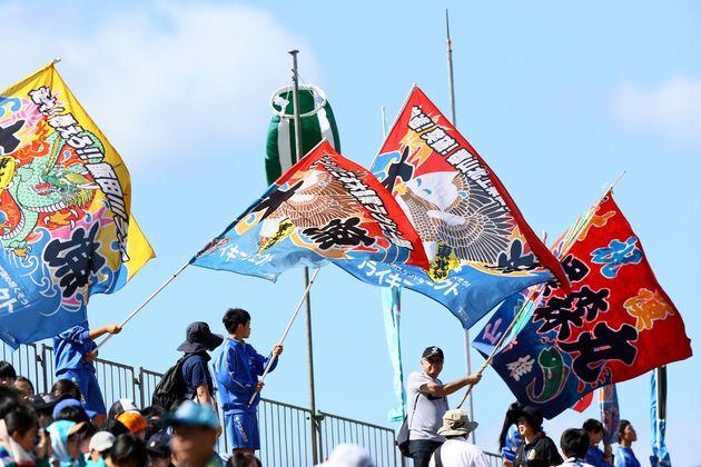 2019年9月25日、釜石鵜住居復興スタジアムで行われたフィジー対ウルグアイの試合で、大漁旗を翻して応援するラグビーファン