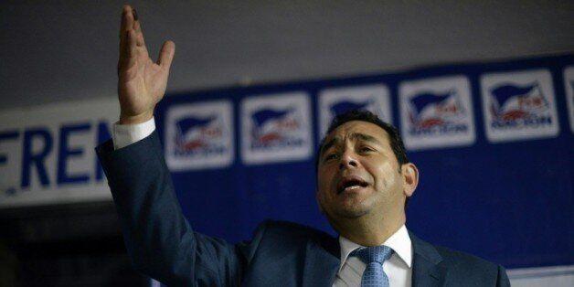 Le candidat du FNC-Nacion (droite) à la présidentielle du Guatemala, Jimmy Morales, s'adresse à ses partisans...
