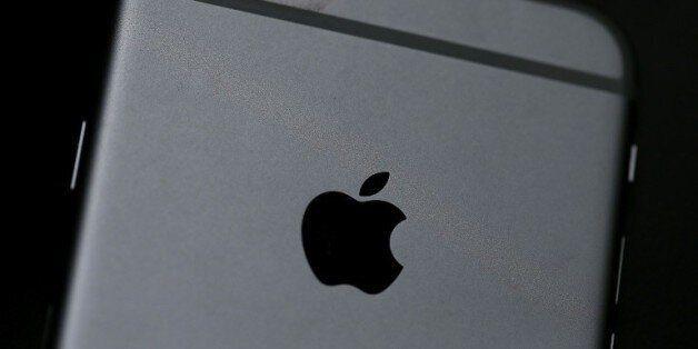 Le logo d'Apple sur un iPhone 6, le 21 juillet 2015 à San