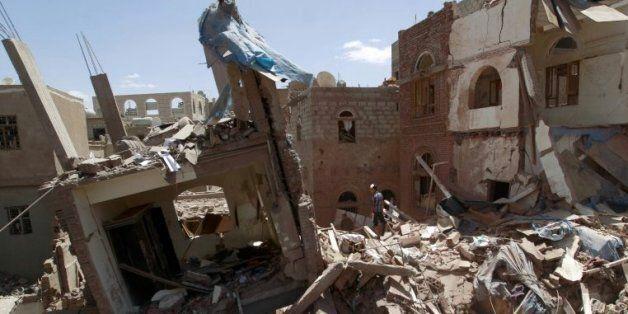 Les ruines de bâtiments après un raid mené par l'Arabie saoudite, le 10 septembre