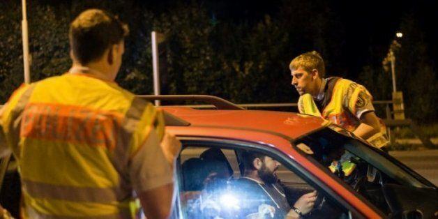 Un véhicule contrôlé par des policiers allemands le 13 septembre 2015 à Freilassing à la frontière de...
