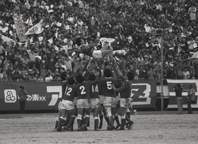 1985年1月15日、7連覇を達成し喜ぶ新日鉄釜石ラグビー部。胴上げされているのは松尾雄治選手(兼監督)