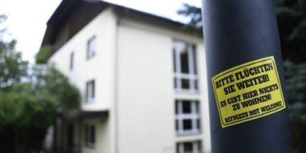 Un sticker apposé sur un lampadaire clame, le 27 juillet 2015 à Freital, en
