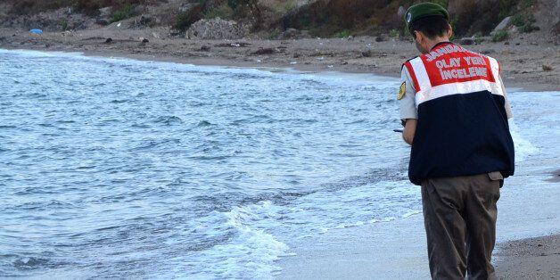 Le policier turc qui a retrouvé le petit Syrien noyé témoigne à son