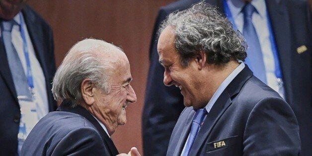 Le président de la Fifa Sepp Blatter avec son homologue de l'UEFA Michel Platini, le 29 mai 2015 à Zurich...