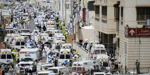 Des ambulances transportent les blessés à l'hôpital de Mina, près de la Mecque, après une bousculade...