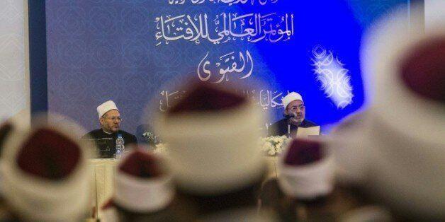 Le Grand imam d'Al-Azhar Ahmed al-Tayyeb (droite) et le Grand mufti d'Egypte Shawki Ibrahim Abdel-Karim...